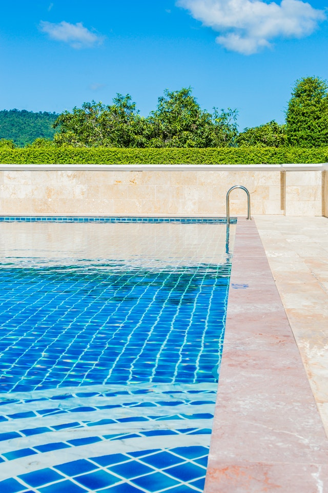 Top signs your swimming pool needs repairing